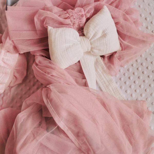 Ružové tylové nebesá s mušelínovou bielou mašľou